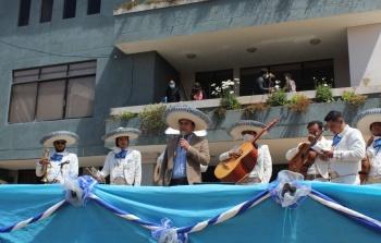 Con serenata y rosas madres pucareñas fueron homenajeadas